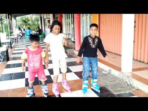Cara Bermain Sepatu Roda anak anak | Amirah belajar main sepatu roda | mainan anak anak inlice skate.