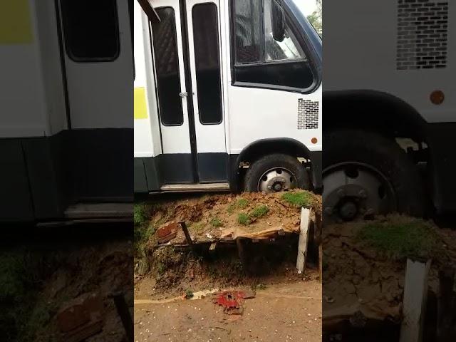 Ônibus escolar atola e ameaça cair sobre casa no povoado de São Bento, em Maragogi.