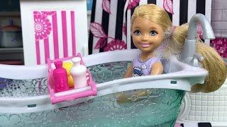 Мультик Барби Какающая собака и грязнуля Челси купаются в ванне Видео с куклами Barbie для девочек