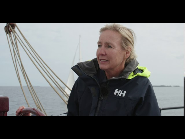 """Kapitänin des Segelschiffs """"Weisse Düne"""" über Demokratie auf hoher See in Mecklenburg-Vorpommern"""