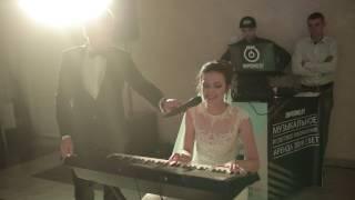 Трогательная песня для жениха. Невеста поёт и играет на пианино