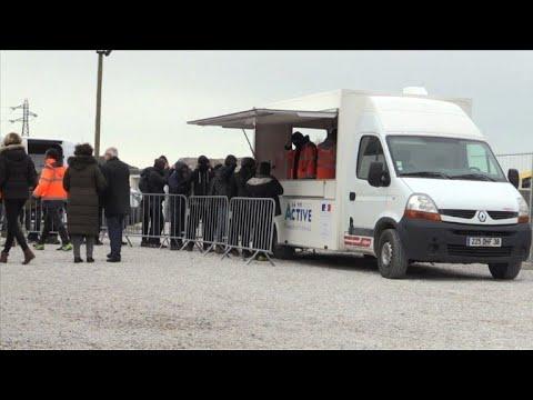Calais: les migrants acceptent peu à peu les repas de l