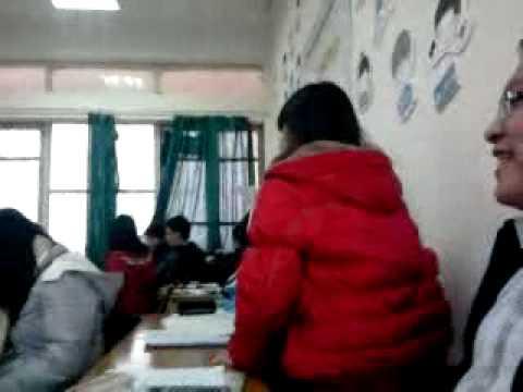 Nữ Sinh nhấp nhổm, cô giáo vẫn ở trong lớp =))