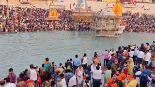 Coronavirus, centinaia di fedeli positivi in India dopo il bagno di purificazione nel Gange