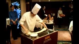 haciendo fideos a mano en un restaurante chino de hong kong