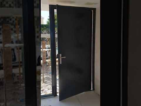 Puerta de entrada pivotante