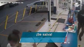 Al ver al presunto ladrón ingresar al establecimiento, la empleada del lugar saltó el mostrador para huir y pedir ayuda por lo que el sujeto se retiro del lugar