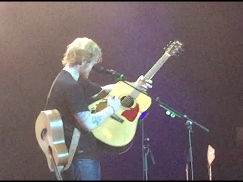 ed sheeran signing and playing fan 39 s guitar on stage. Black Bedroom Furniture Sets. Home Design Ideas
