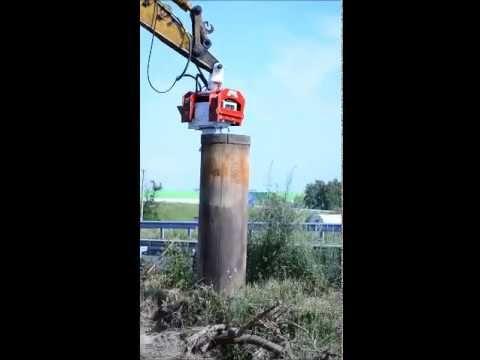 Вибропогружатель OMS модели OVR-40 погружает обсадную трубу (видео 2)
