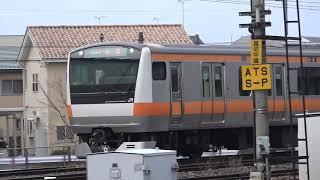 解体線の209系ハエ63編成が見つめる中、トイレ設置作業で長野入りした中央線E233系H47編成、長野総合車両センター。