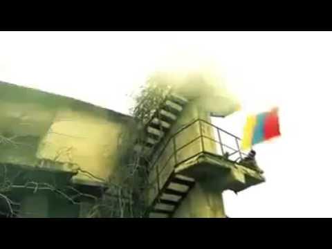 Azerbaycan esgeri ermenilerin bayragini...