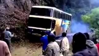 【閲覧注意】バスが土砂崩れの道路を無理矢理通ったら谷底に転落してしまった・・・・・