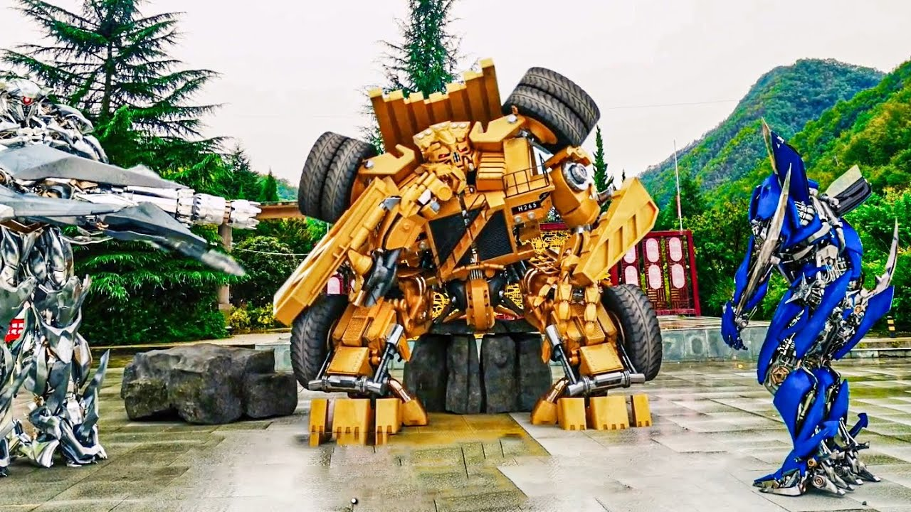 It's funny that transformers charge tolls when they block the road!变形金刚收取过路费,太搞笑了!