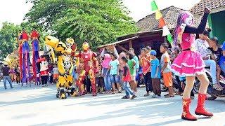 """ jangan nget ngetan vocal oleh nayla dalam arak-arakan badut, robot transformers bumblebee, iron man, keluarga ular, jangkungan dan odong-odong singa dang..."