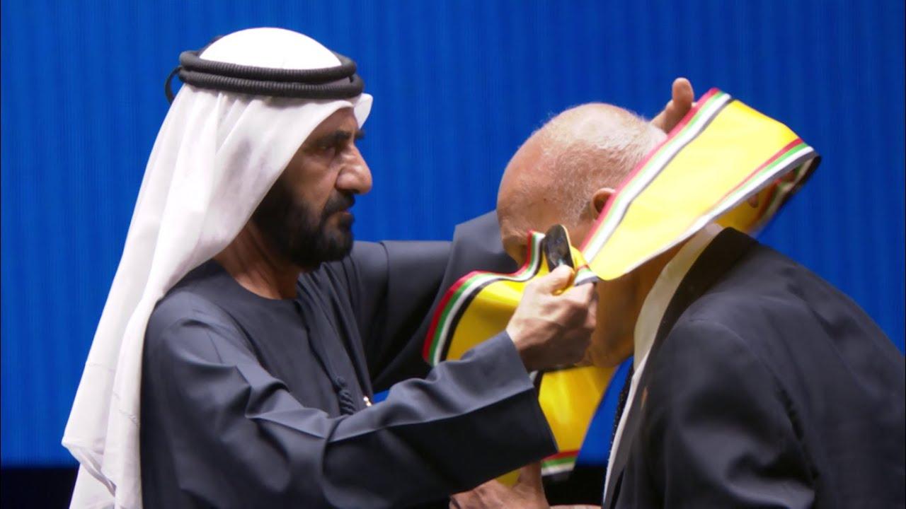 تكريم الدكتور مجدي يعقوب بوشاح محمد بن راشد للعمل الإنساني