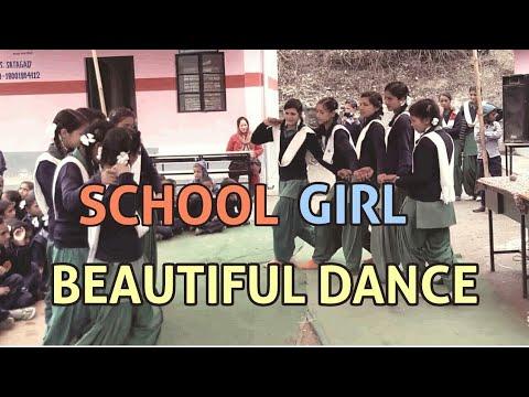 स्कूल में पहाड़ी गाने पर डांस करती हुई लड़कियाँ