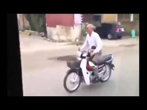 Cụ ông đầu trần phóng xe máy như điên trêu gái:)).Hài vãi