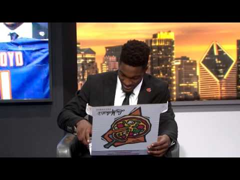 Leonard Floyd approves of Chicago-style pizza