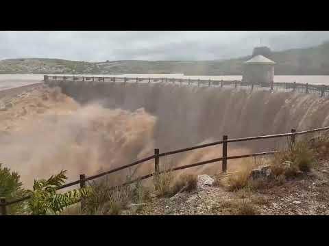 VÍDEO | Impactantes imágenes del pantano de Almansa desbordado por la gota fría