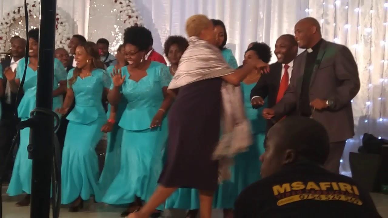 Download Mamajusi choir Moshi ft. Mheshimiwa Lusinde - Naona Fahari at Kuringe social Hall 31/8/2018