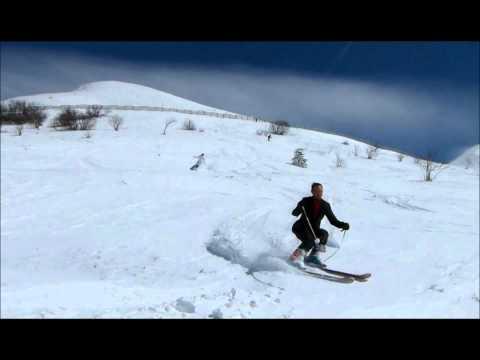 les mariés font du ski