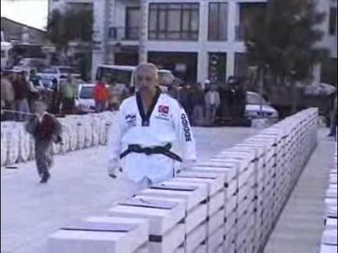 Đập bể 1.077 viên gạch trong 1 phút (videokyniem.com)