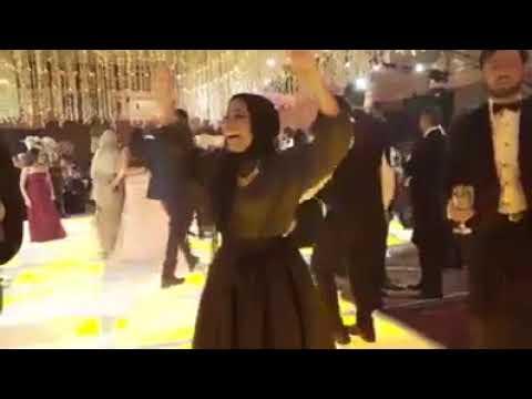 رقص بنت واخده استروكس على الصحاب يلا .. الاندال يلا .. 😂😂 thumbnail