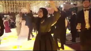رقص بنت واخده استروكس على الصحاب يلا .. الاندال يلا .. 😂😂