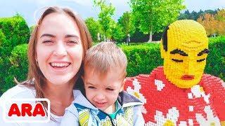 ساحة لعب للأطفال في الهواء الطلق  ألعاب ممتعة في حديقة الملاهي مع فلاد و نيكيتا