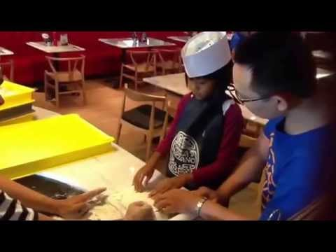 Ayesha make pizza in pizza express