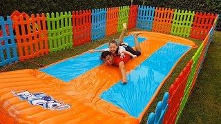 Dev Su Kaydırağını Renkli Çitlerle Çevirdik - Water Slide and colored fences -Funny Oyuncak Avı Öykü