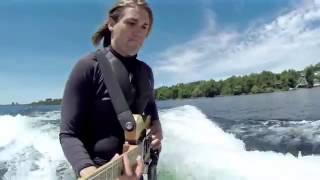 Thán phục chàng trai vừa lướt ván vừa chơi đàn guitar