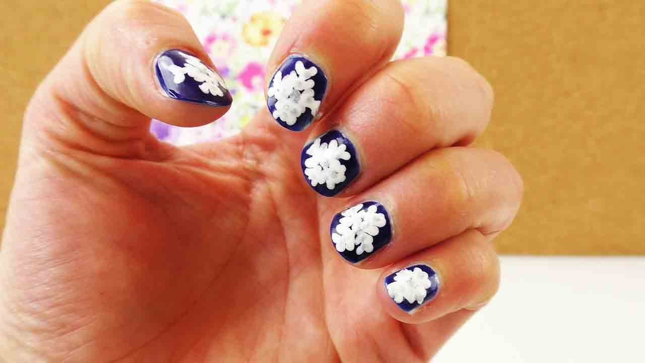 nageldesign mit eisblumen weihnachts nail design essie nagellack schnee winter youtube. Black Bedroom Furniture Sets. Home Design Ideas