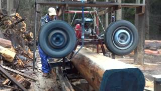 Homemade band sawmill tire of automobile. I use the axle of the car.
