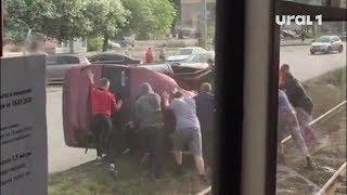 Автомобиль ВАЗ заблокировал движение общественного транспорта