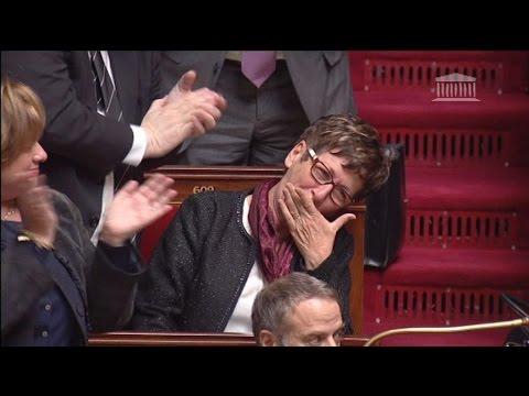 Une députée émue par une standing ovation pour sa dernière séance