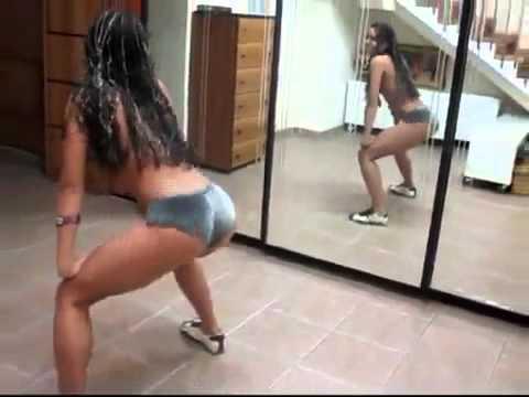 chica y bailando en minifalda