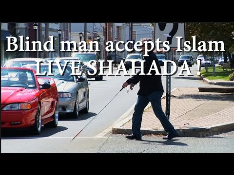 Intelligent Blind man sees with his Heart accepts ISLAM