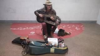 Музыкант в московском метро