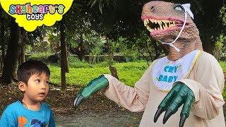 GIANT BABY RAPTOR on the loose | Skyheart found a velociraptor dinosaur in jurassic world for kids
