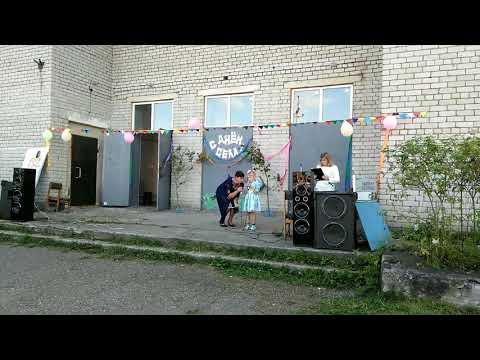 моя сестра поёт песню на день села