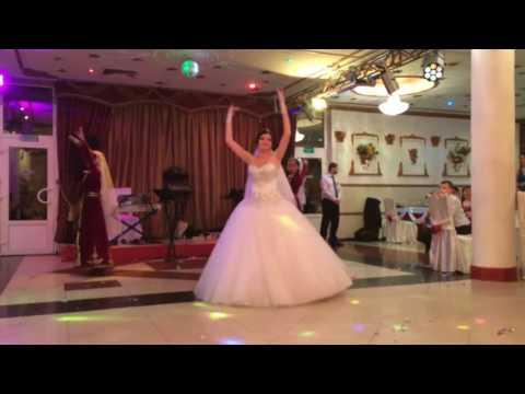 Русская невеста танцует армянский свадебный танец