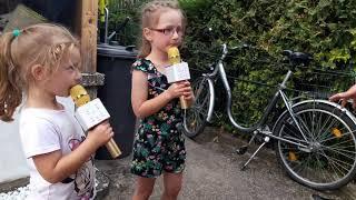 Анна и Юлия поют для бабушки