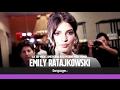Emily Ratajkowski apre la Milano Fashion Week, bagno di folla per la top model