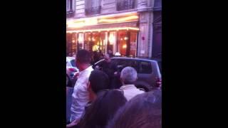 Chauffeur de taxi parisien chantant du Elvis