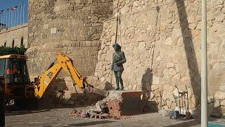 Melilla retira la última estatua de Franco que quedaba en pie en España