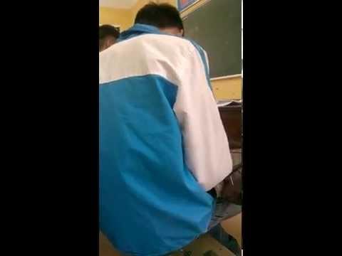 Nam học sinh sóc lọ trong lớp
