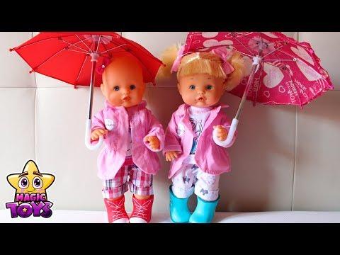 Bebés NENUCO Hermanitas Traviesas Naia y Alice van de paseo bajo la lluvia con su perrito