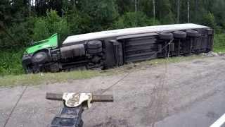 Грузовой эвакуатор. Фура на боку в обочине(http://www.avto-evacuator33.ru/ - Грузовой Эвакуатор. В этом видео мы показываем, как одной лебедкой можно поставить на..., 2015-08-10T08:24:42.000Z)