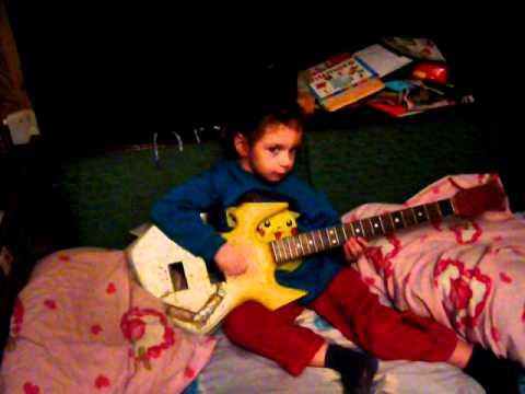 Horea canta la un corp de chitara la 4 ani si 5 luni !
